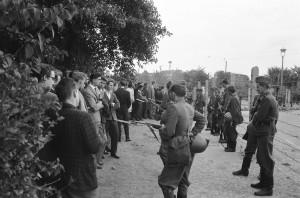 Blocus à Berlin-Ouest : en une nuit, les 45 Km séparant les deux Berlin se sont hérissés de cordons de vopos, dressés pour stopper la fuite des Allemands de l'Est vers l'Ouest.Du samedi midi 12 août 1961 au dimanche 13 au matin, ils furent 3 400 à s'échapper. Les vopos ont mis baïonnette au canon.